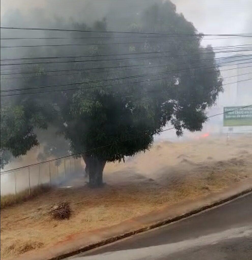 Vídeo: Incêndio atinge vegetação do Complexo Esportivo Nadyr Barcelos (Buracanã)
